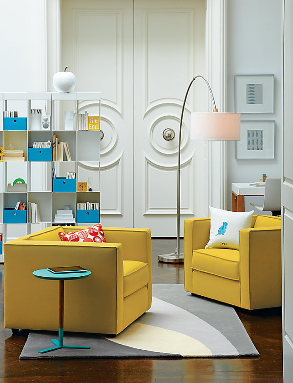 Białe wnętrze z żółtymi i niebieskimi dodatkami - PIXERS.pl/blog