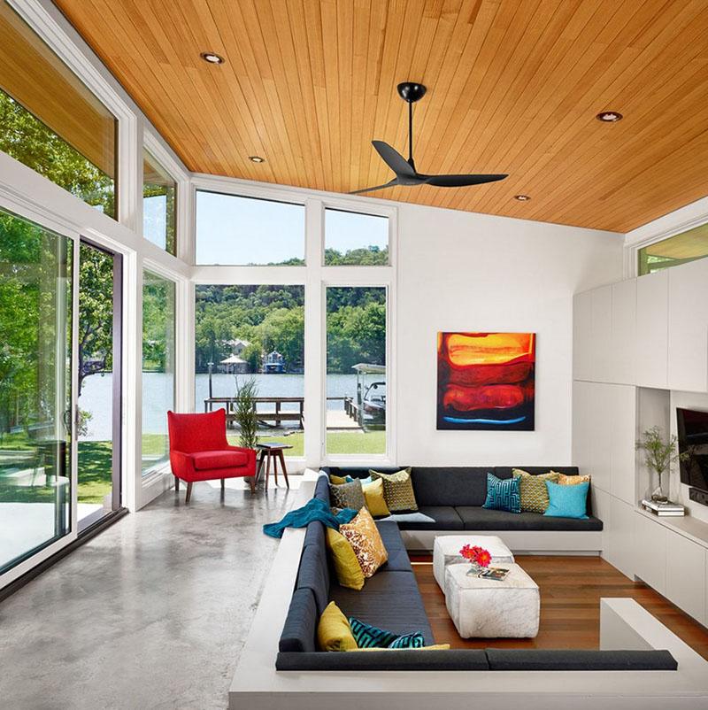Salon Mid Century z drewnianym sufitem - PIXERS blog